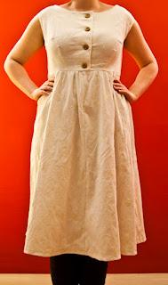 Kleid mit Knopfleiste aus Feincord mit Stickerei * MMM