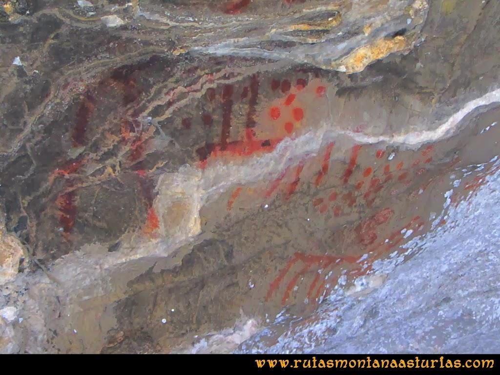 Rutas Montaña Asturias de las Pinturas Rupestres de Fresnedo: Pinturas caprinas en el abrigo Cochantoria