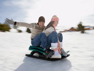 enamorados jugando en la nieve