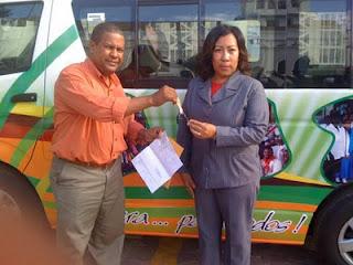 Alcaldia de SPM entrega minibus al departamento de Cultura