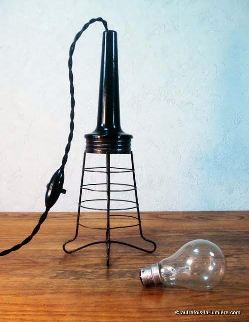http://www.autrefois-la-lumiere.com/2014/08/lampe-baladeuse-manche-bakelite.html
