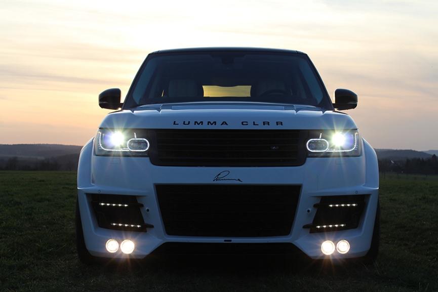 Белый Range Rover вид спереди