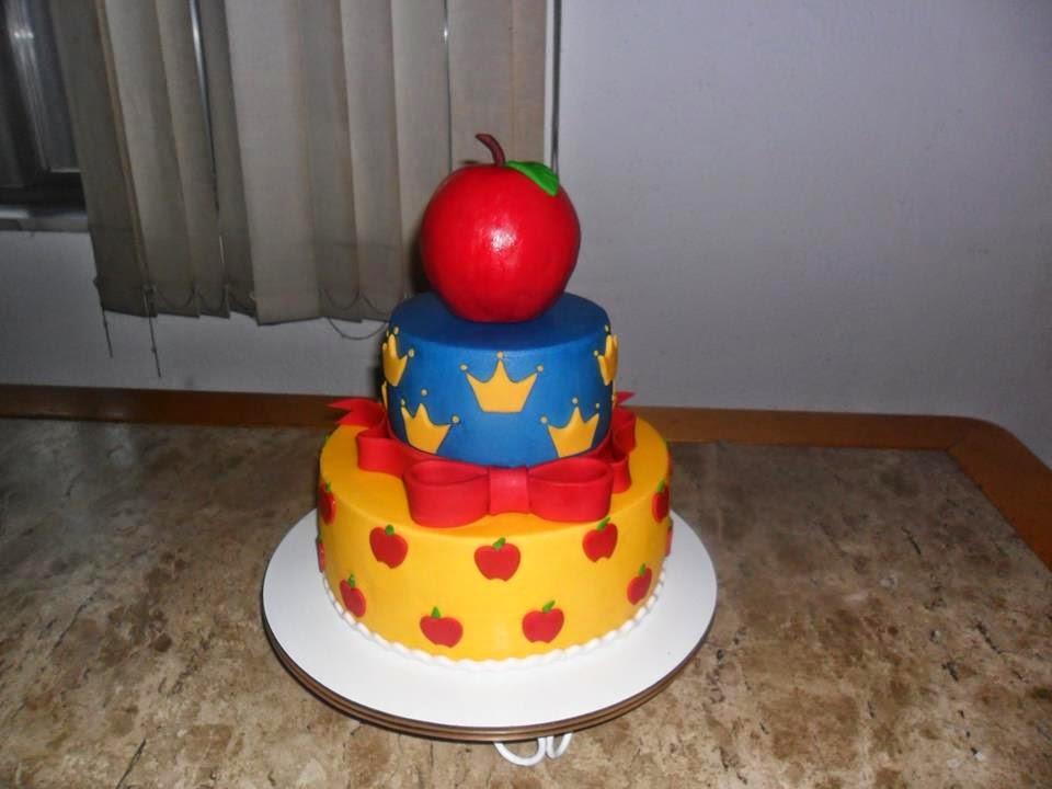 bolo branca de neve com topo de bolo maçã