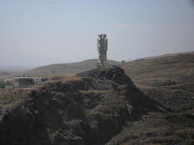 Kars Kardeşlik Heykeli (Ucube tartışmasının mimarı :))