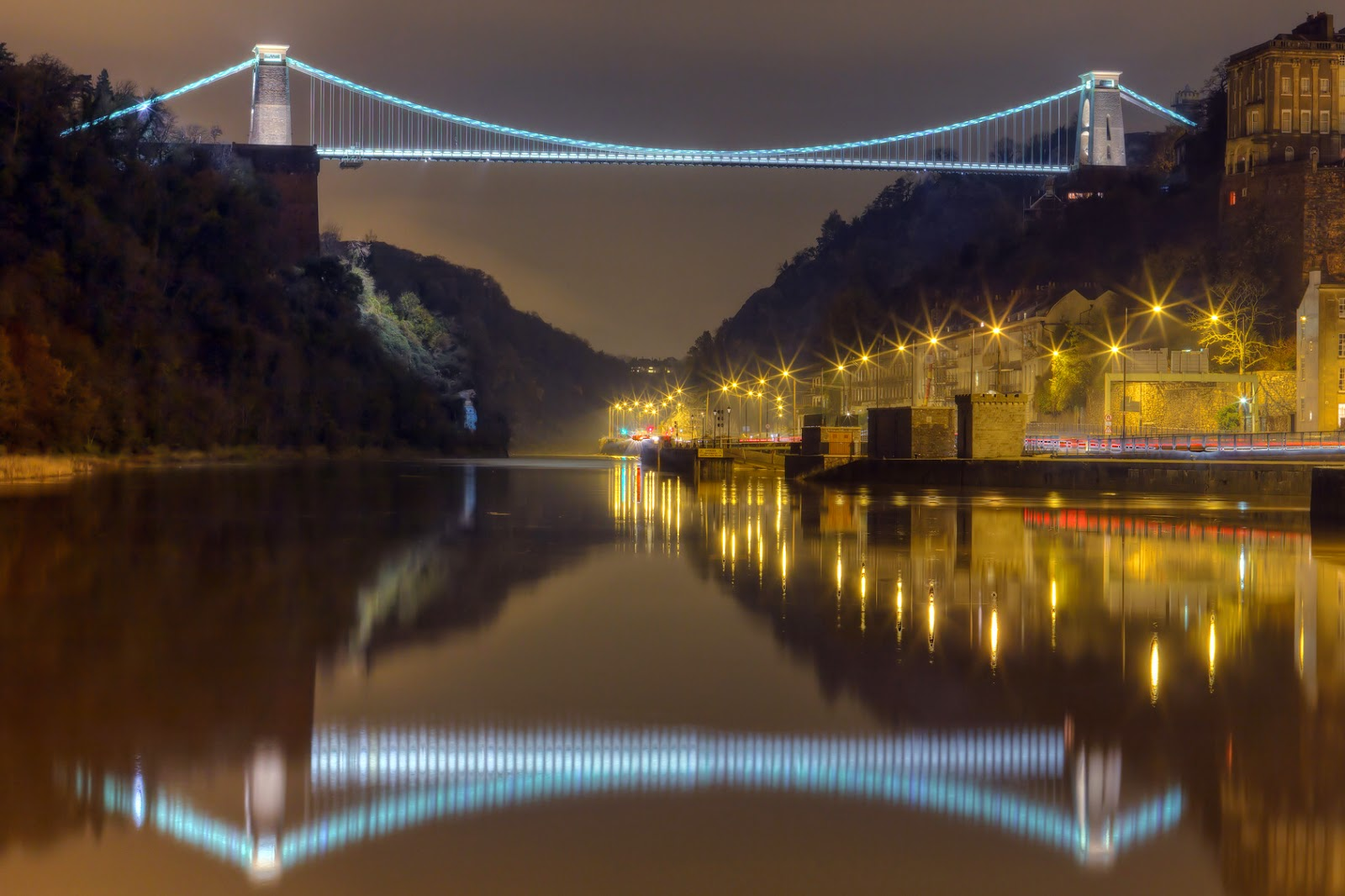 Bristol's Clifton Suspension Bridge lit up at night © antalpeter81 - Fotolia.com