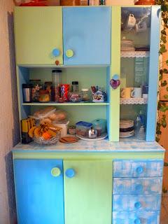 armário reformado pintado nas cores verde e azul