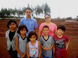Sara e alguns de seus alunos que participaram do projeto