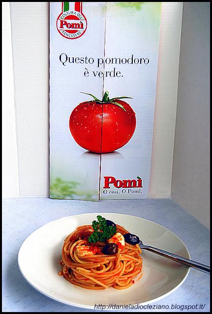 spaghetti con pomodoro, olive taggiasche e mozzarella di bufala campana.