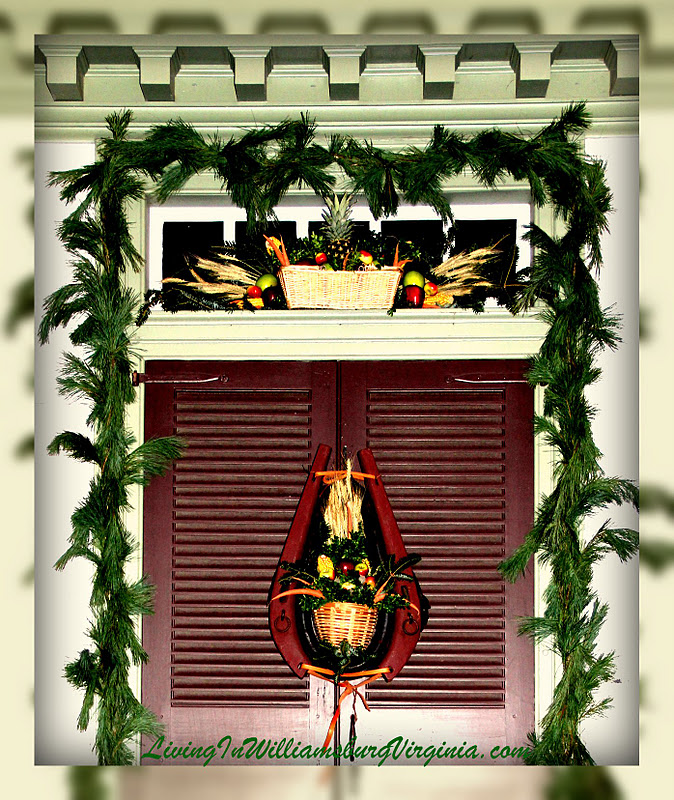 Living in williamsburg virginia colonial christmas for Colonial home christmas decorations