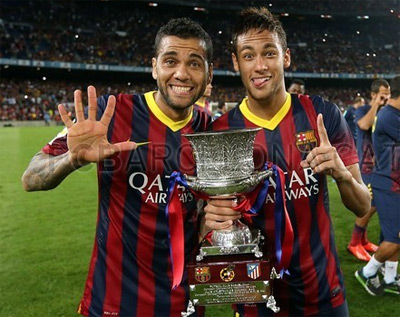 Neymar com troféu da Supercopa da Espanha 2013 comemoração Barça