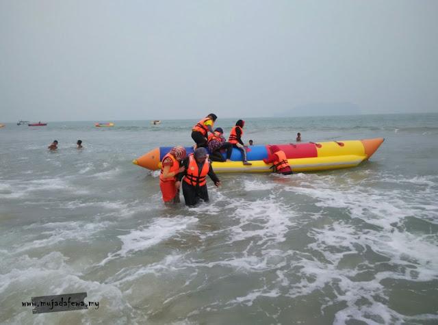 naik bot pisang, naik banana boat, banana boat terengganu, pantai cantik terengganu