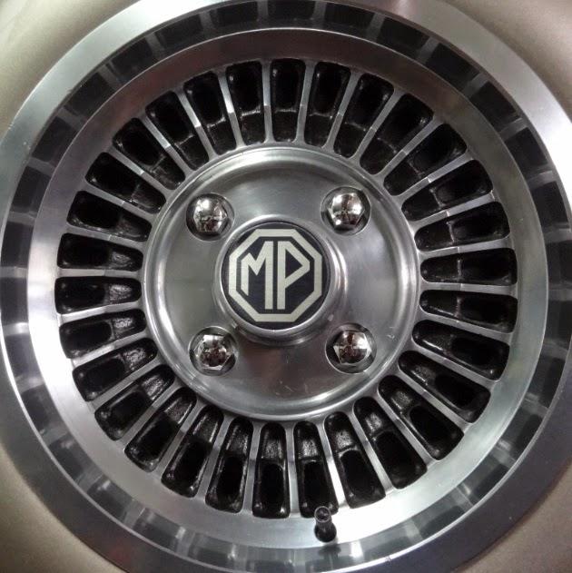 O falso estepe da traseira recebeu parafusos de inox autênticos. Um detalhe a mais para realçar a beleza do carro.