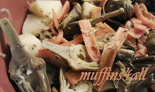 casseruola di carciofini tardivi con patate e carote, profumati al timo