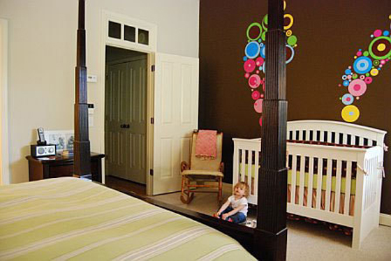Bright home nursery in the master bedroom bebi kutak u for Master bedroom with attached nursery