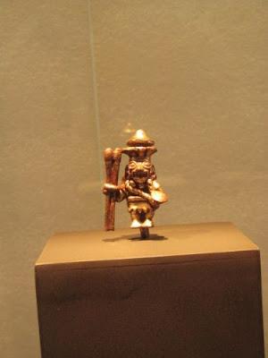 Arqueólogo Walter Alva presenta dos figuras de la dinastía Sipán