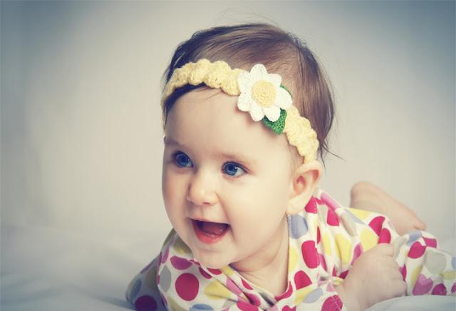 image de bébé fille trop mignonne