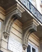 Consoles du balcon du 1 quai Voltaire à Paris