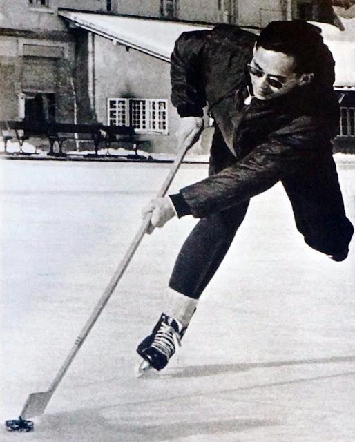 Le roi de Thailande fait du hockey sur glace