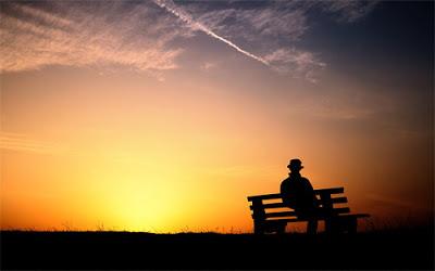 """Cette image montre un homme assis sur un banc à l'aube (man at sunrise) : l'homme porte un chapeau et sa silhouette noire se détache clairement sur le ciel arborant les couleurs que l'on peut voir au lever du soleil : du jaune, du rose, du bleu aux nuances variees. Cette tres belle image melancolique accompagne le non moins beau poeme du Marginal Magnifique intitule """"A l'aube de mon coeur"""" qui se veut un resume poetique des sensations et etats d'ame traverses dans l'existence. Chaque strophe de trois vers s'ouvre sur les mots qui donnent leur titre au poeme, refrain qui evoque la candeur des premieres emotions vecues avec etonnement et surprise. Ce poeme profondement touchant et melancolique se termine par une rupture avec l'evocation de la perte de l'innocence marquée par un changement de la ritournelle qui devient """"Au crepuscule du coeur"""". Encore un poeme superbe du Marginal Magnifique !"""