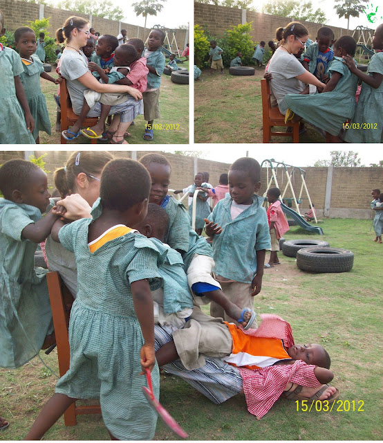 I bambini della scuola della missione togolese giocano a fare lo scivolo