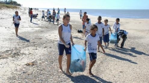 Mutirão de limpeza na Praia de Copacabana recolhe tonelada de lixo