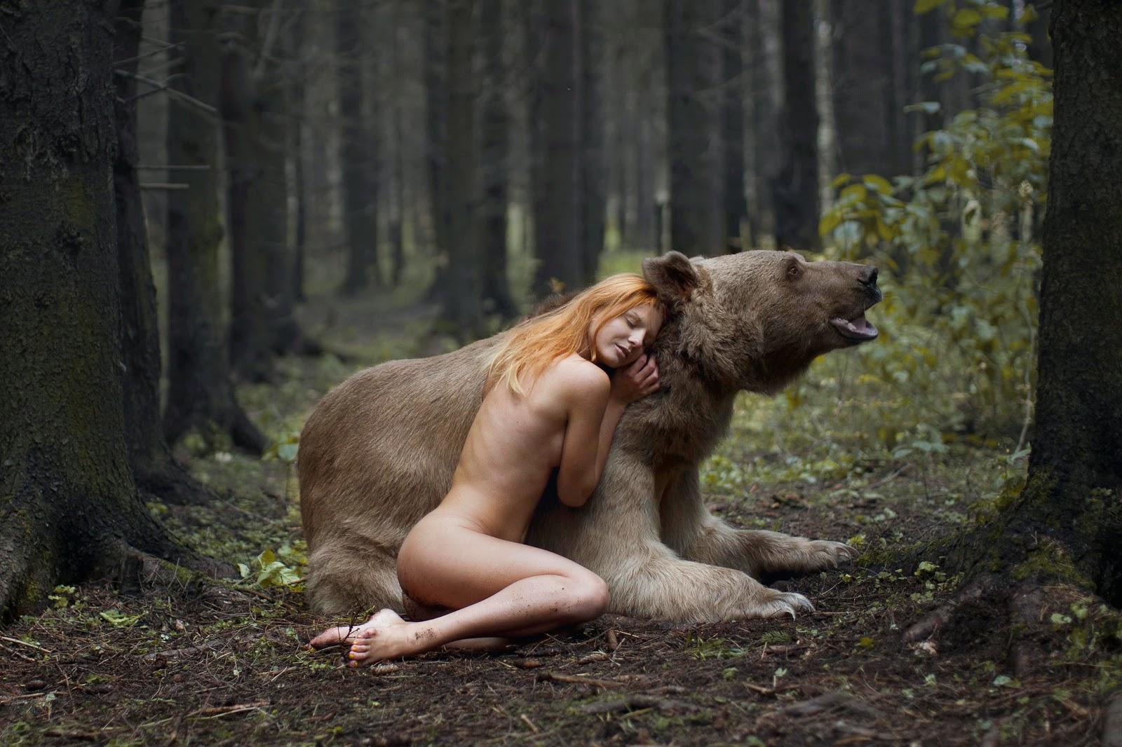 photo de Katerina Plotnikova d'une jeune femme lové contre un ours
