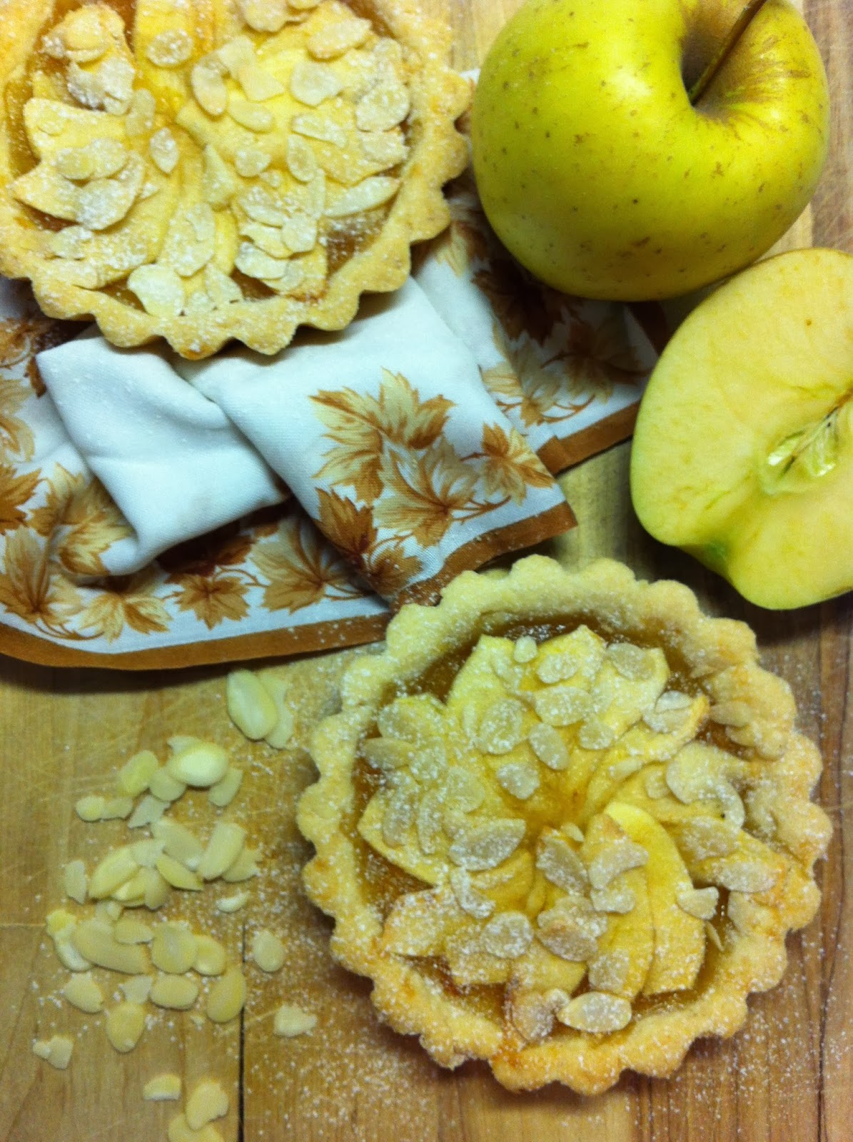tartellette con marmellata bio di arance amare, mele renette e scaglie di mandorle