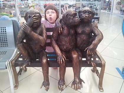 В Аквапраке тепло. У входа, как правило, сидят обезьяны