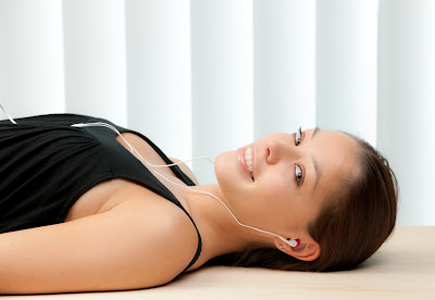 In-Ear Kopfhörer mit Frau