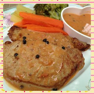 สเต็กหมู โรยด้วยพริกไทยดำ เคียงด้วยซอส และผักต้ม (แครอท มันฝรั่ง และบรอกโคลี)