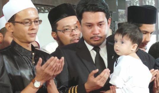 Anak lelaki Co Pilot MH17 Sertai Solat Jenazah bapanya