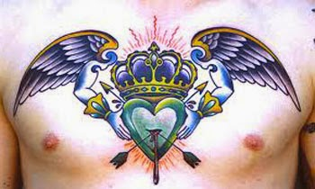 Tatuagem de coração alado no peito com coroa