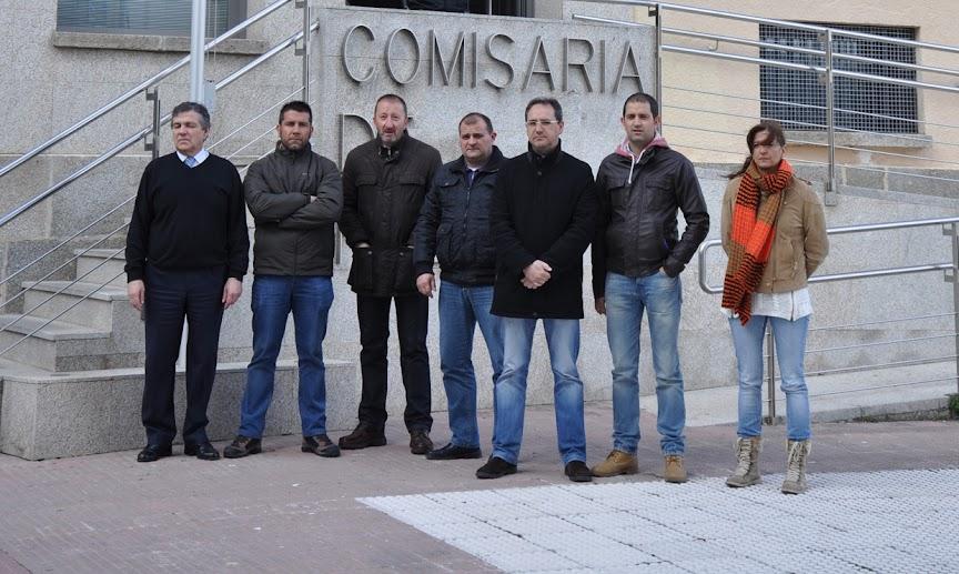 funcionarios de la comisaria de de la policia nacional de Béjar concentrados frente a las dependencias policiales