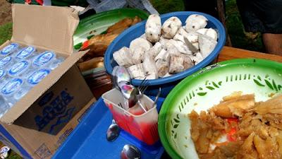Ini dia menu yang disediakan : ada singkong rebus gula jawa, ubi yang lain, dan air putih.