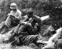 Sobre Crentes Parados Grieving-soldiers