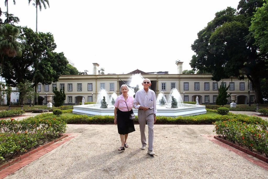 Casal Edvaldo e Josefina no jardim