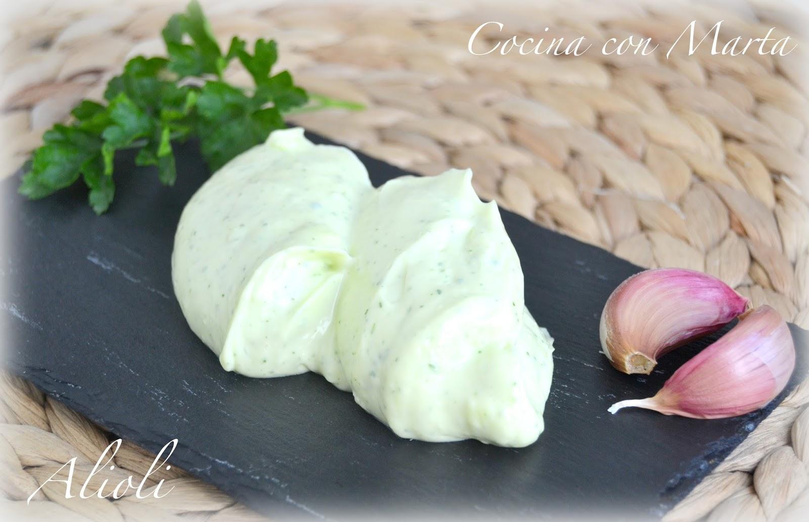 alioli o mayonesa casera con ajo y perejil