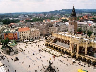 Kraków - sukiennice - zadaszona ulica z kramami po bokach