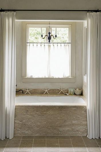Ampi spazi la semplicit del bianco e tanta luce - Tende per finestre da bagno ...