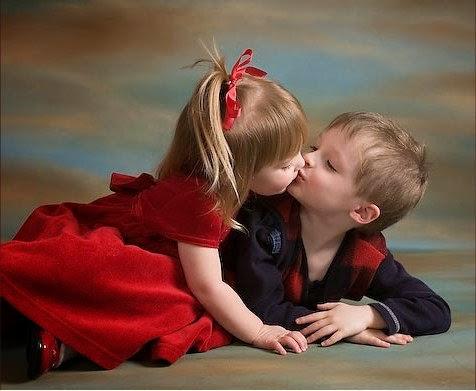 Gambar lucu bayi-bayi berciuman wallpaper gratis