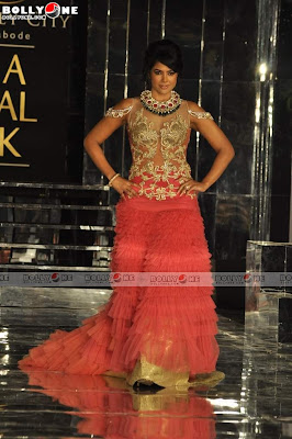 Tag:Sameera Reddy Walk the Ramp for Falguni & Shane Peacock in Red Hot ...