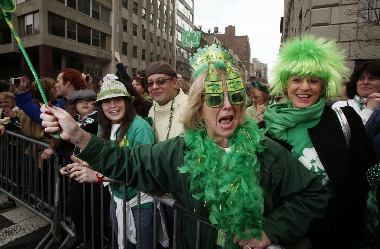 Frases De st-st patrick-saint patrick: Happy St Patick's Day Tradicional Parade Fun Watching People