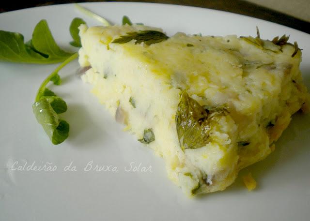 Torta de batatas com ervas, cebola e queijo