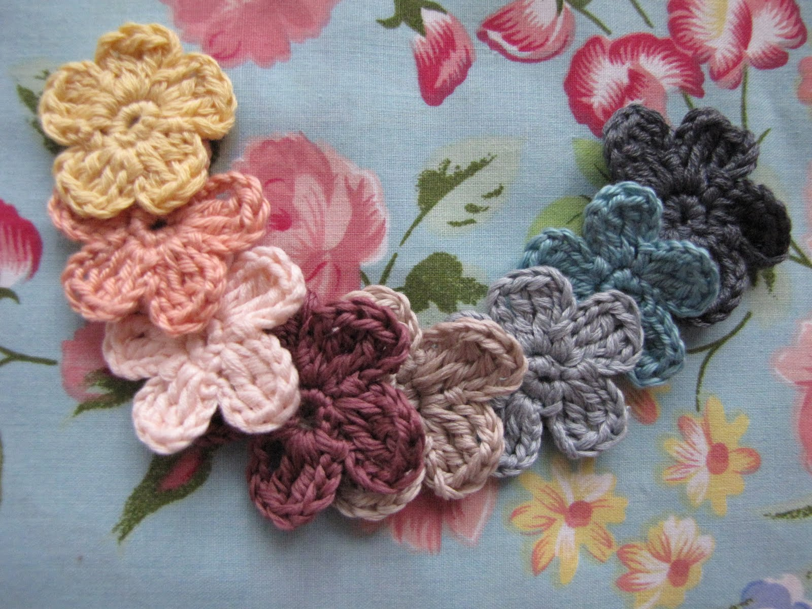Make Crochet Flower Pattern : Little Treasures: Forget me not - {a flower pattern}