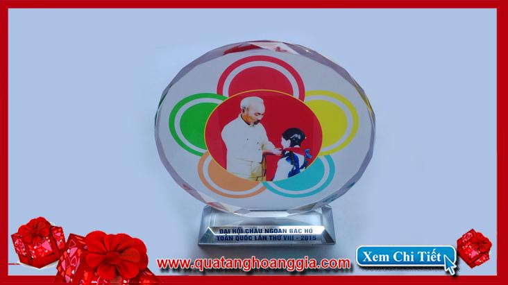Với mẫu kỷ niệm chương pha lê mặt nguyệt sang trọng  lại đơn giản sẽ là một phần thưởng trang trọng để làm quà tặng cháu ngoan bác hồ
