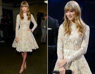 Taylor Swift com vestido de renda e usando sapato de salto alto.