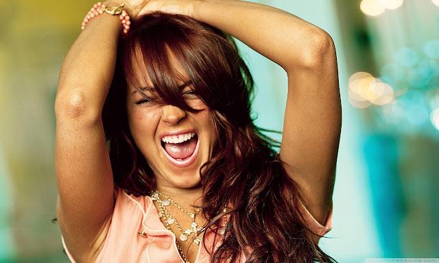"""<img src=""""http://2.bp.blogspot.com/-kBtqLYnWsvQ/UggEghH7DaI/AAAAAAAADew/gmNh-7hZSbk/s1600/lindsay_lohan_15-wallpaper-1280x768.jpg"""" alt=""""Lindsay Lohan wallpaper"""" />"""