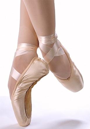 Las zapatillas de ballet son zapatillas ligeras diseñadas específicamente para la práctica del ballet. Se hacen de cuero, lona, o satén suave y tienen suelas finas y flexibles. Los zapatos de ballet están típicamente disponibles en rosa, negro, gris o blanco.
