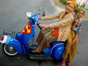 Foto nenek lucu lagi jalan-jalan pake motor vesva