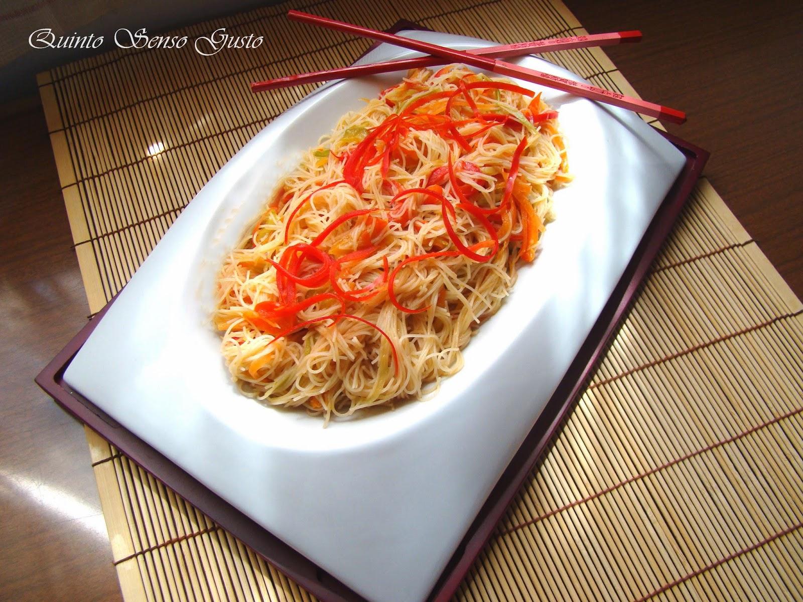 spaghetti di riso con salsa di soia alle verdure